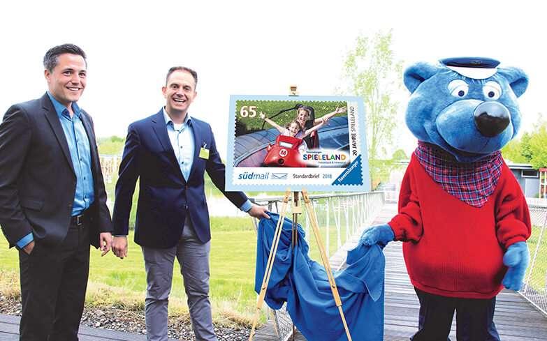 """""""Blaue Post"""" enthüllt Briefmarke mit """"Blauem Dreieck"""" zum 20. Spieleland-Geburtstag"""