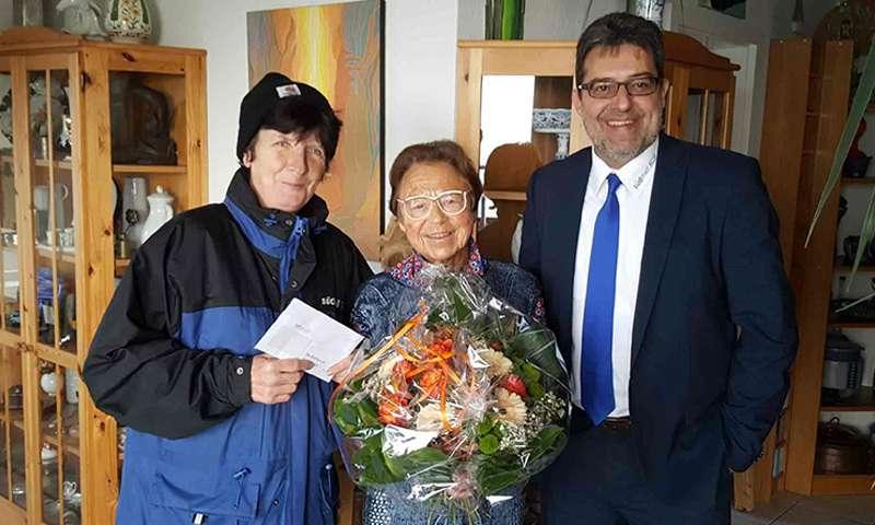 Brigitte Böttger gewinnt südmail-Blumenstrauß