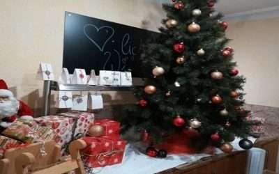 Weihnachtsbaum auf der rechten Seite und geschenke