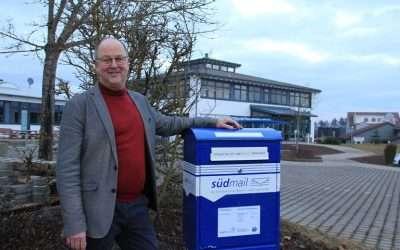 Herr Schuler steht links neben dem neuen südmail Briefkasten